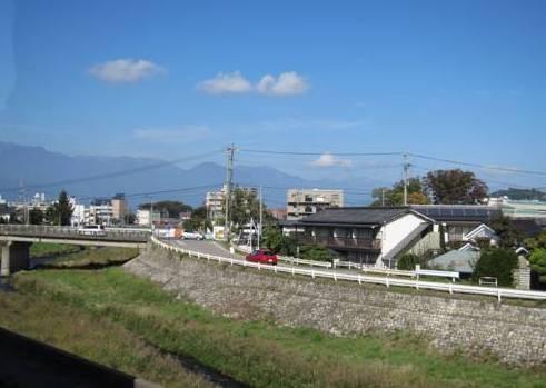 le ryokan est au bord d'un bras de la rivière