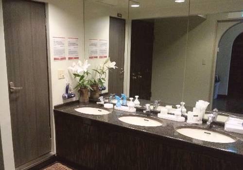 salle d'eau commune. Douches de part et d'autre des lavabos
