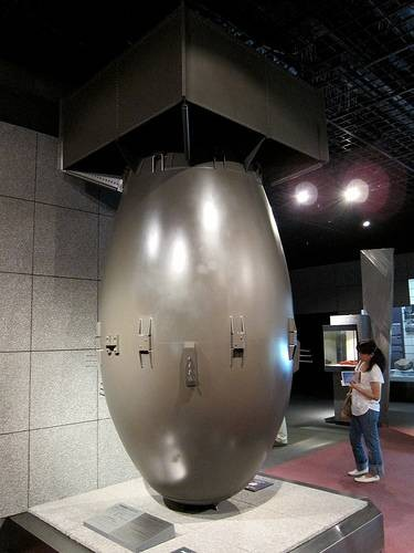 "Reproduction de ""Fat Man"" la bombe de Nagasaki (au musée de Nagasaki) photo du site ""Comme un nuage au Japon)"