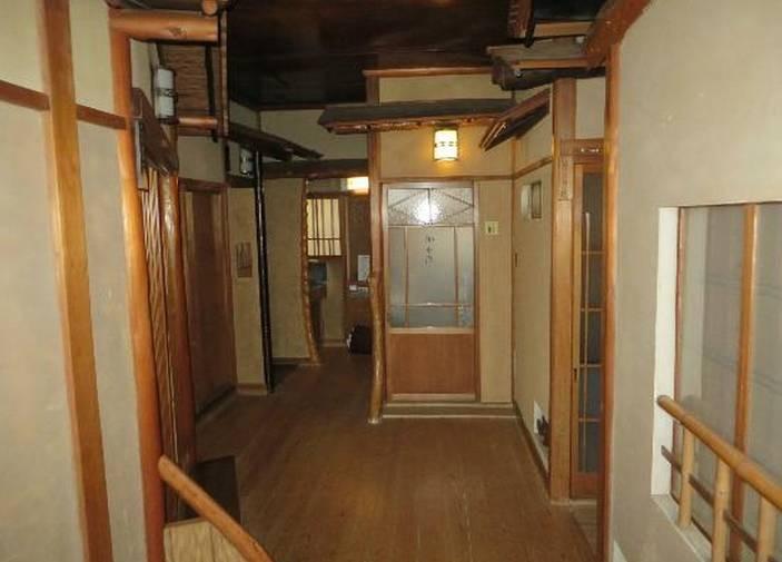 Ito K's House Onsen - couloir et toilettes