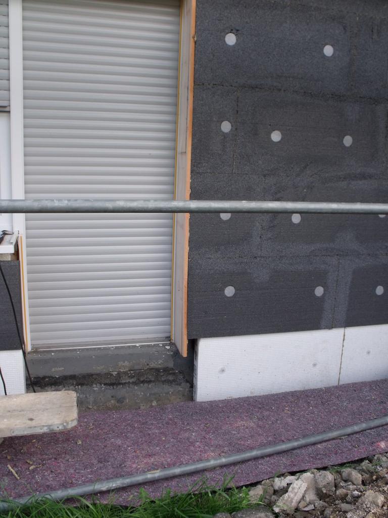 Wärmebrückenreduzierung: Bodenplattenstirnseite gedämmt (weiße Material)
