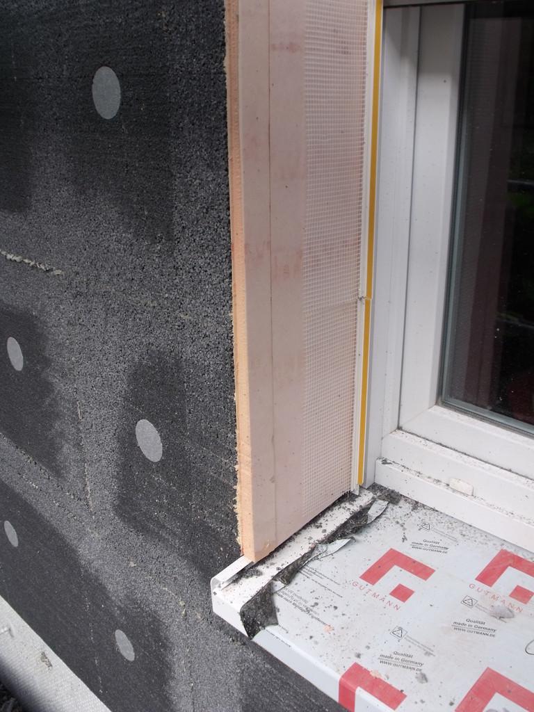 Wärmebrückenreduzierung: Fensterlaibungsdämmung (rosa Material)