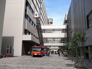 茨木市消防本部も参加し、はしご車がキャンパス内に登場