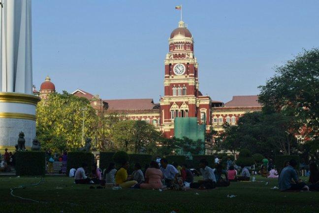 独立広場でくつろぐ人々。正面に見えるのは裁判所
