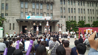 盛り上がる京都市役所前広場=9日、中京区