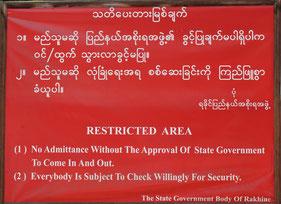 ロヒンギャ居住地区への立ち入りを制限する旨が書かれた看板