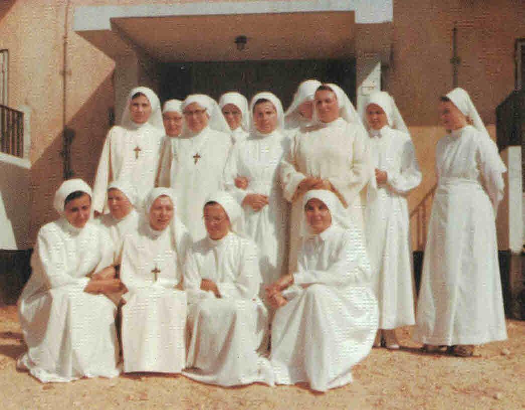 Schwesterngemeinschaften vor dem Haus © Eucharistinerinnen
