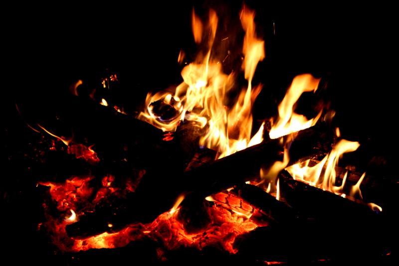 Lagerfeuer in lebendigen Farben