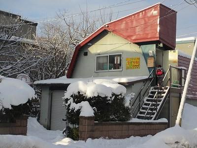 赤い屋根と黄色い看板が目印です