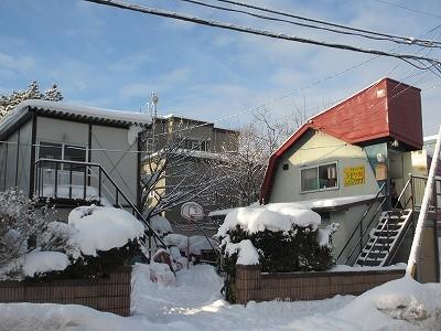 えぞりすクラブ全体(右の赤い屋根の建物を「えぞりす1号」、左のプレハブを「えぞりす2号」と呼んでいます)