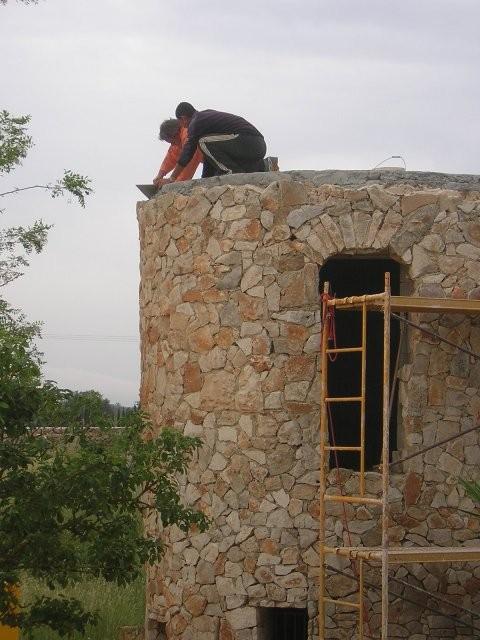 Das Dach des Turmes wird abgedichtet