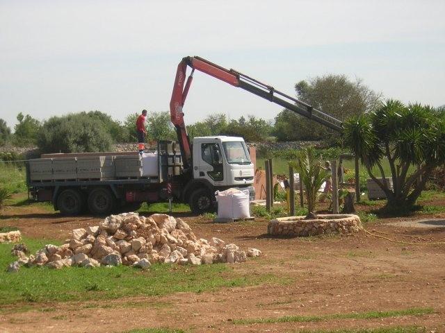 2 LKW Lieferungen mit Steinen für die Poolummauerungen