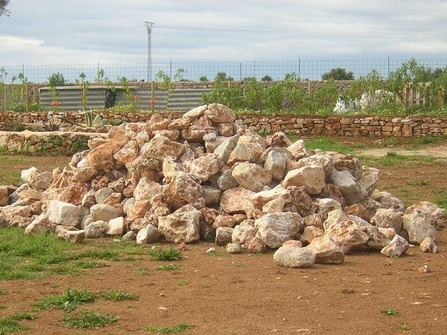 Aus diesem Steinehaufen sollen die Mauern für die Zugangswege werden