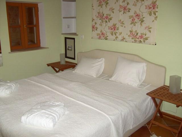 Schlafzimmer im Erdgeschoss mit Bad en Suite