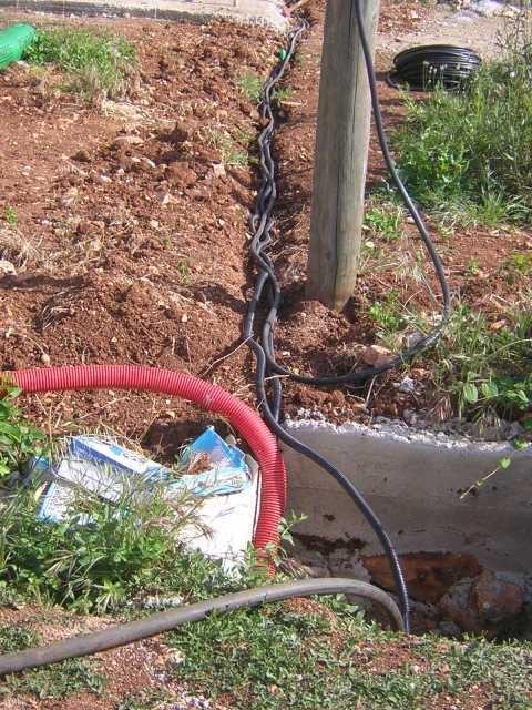 Viele Kabel für eine romantische Poolbeleuchtung müssen verlegt werden