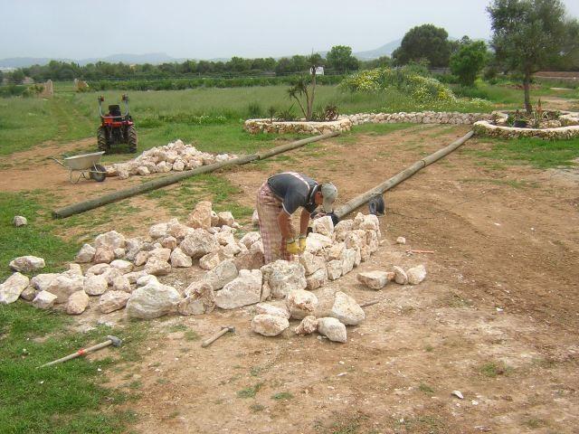 Die Bocciabahn bekommt ihre Form mit Steinmauern und Holzbalken
