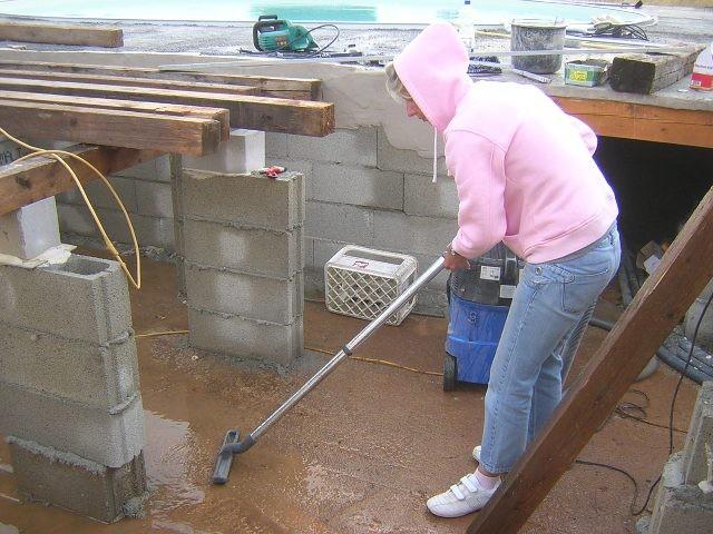 Regen setzt die Baustelle unter Wasser