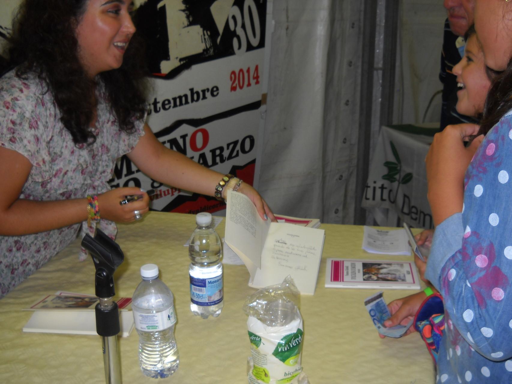 L'autrice firma le copie del suo libro alla fine della presentazione.