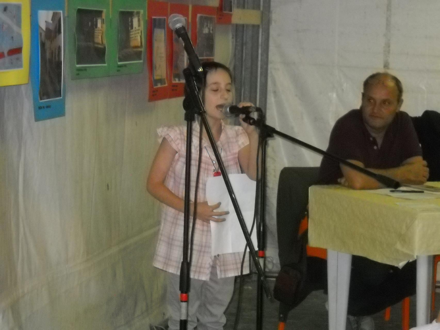 La recitazione da parte dei piccoli attori del Teatro dell'Aglio delle poesie tratte dal libro 'Un'altalena di emozioni' di Francesca Ghiribelli.