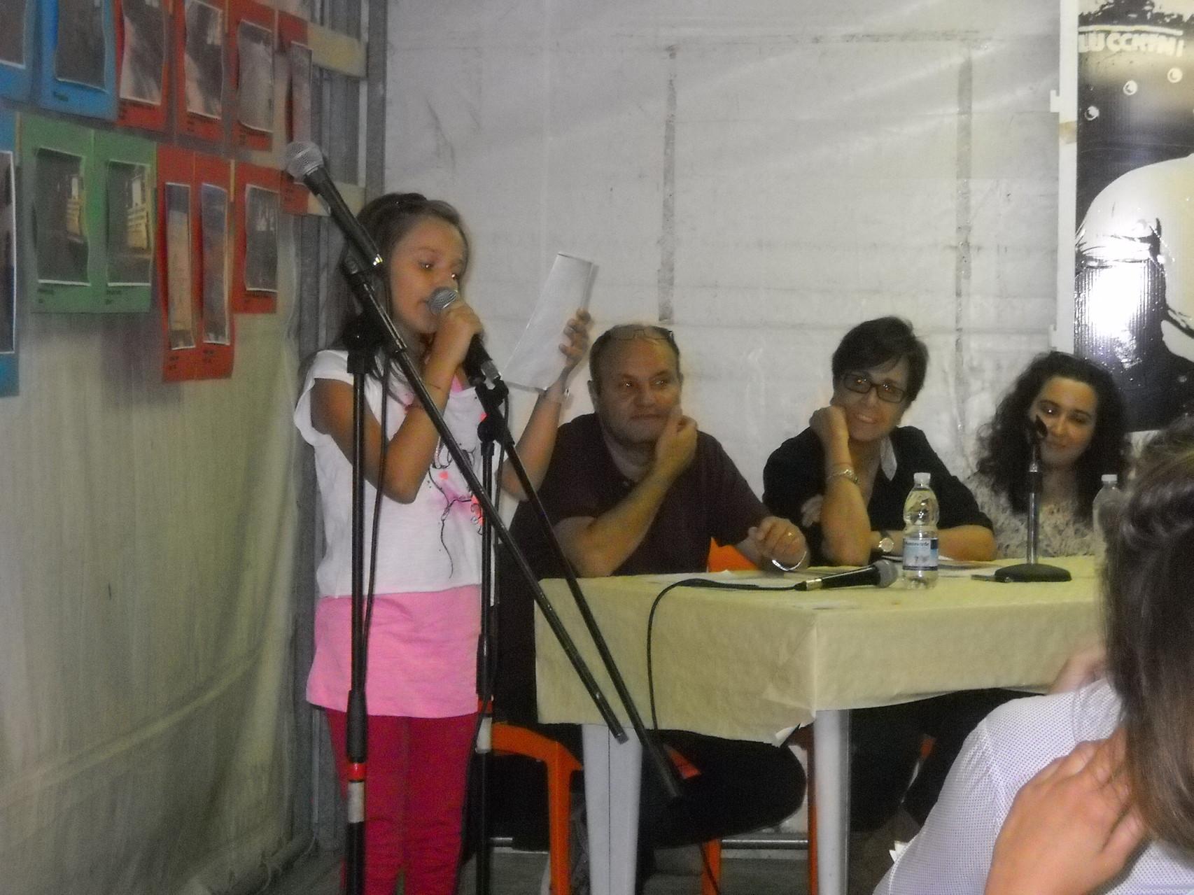 La recitazione da parte dei piccoli attori del Teatro dell'Aglio delle poesie tratte dal libro 'Un'altalena di emozioni' di Francesca Ghiribelli