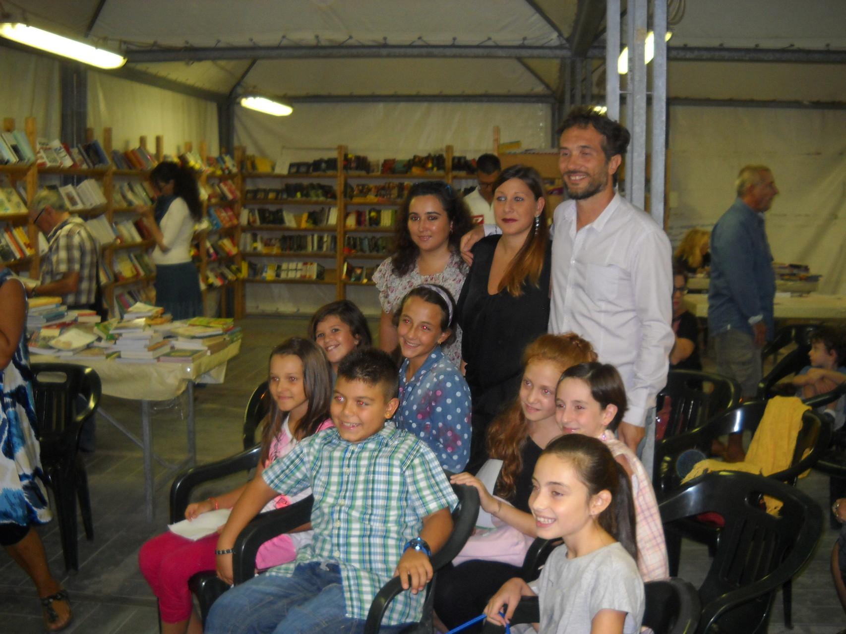 L'autrice Francesca Ghiribelli, gli attori e i bambini del Teatro dell'Aglio Valentina Brancaleone e Daniele Gargano.