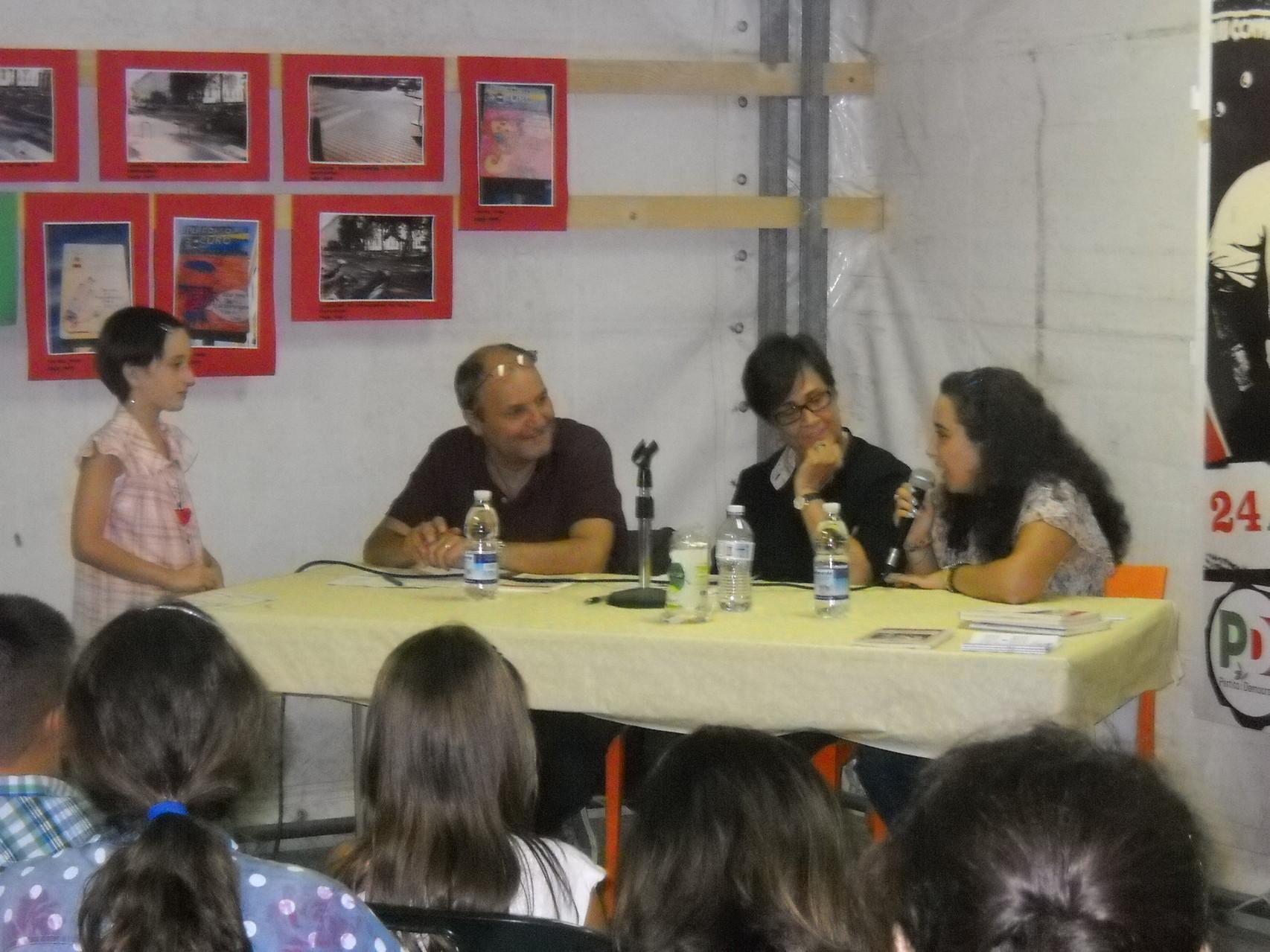 L'autrice risponde ad alcune domande dei bambini e del pubblico.