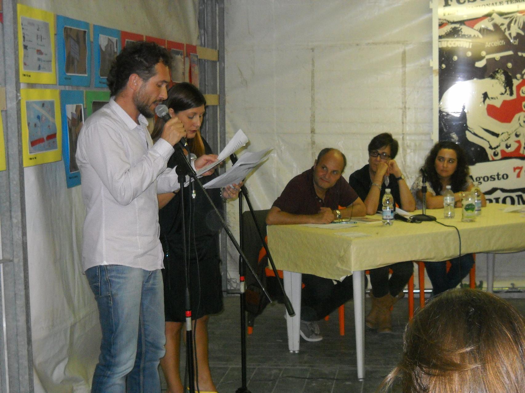 Gli attori Daniele Gargano e Valentina Brancaleone del Teatro dell'Aglio che interpretano una poesia tratta dal libro dell'autrice.