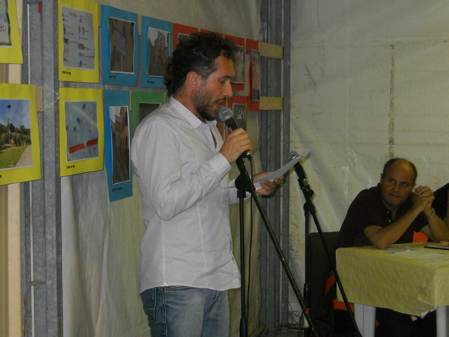 L'attore Daniele Gargano del Teatro dell'Aglio che interpreta una poesia tratta dal libro dell'autrice.