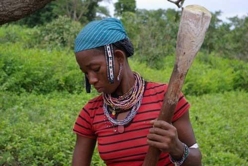 Une femme Peul pile du sorgho