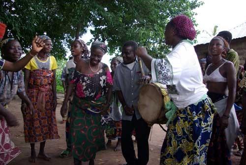 Notre guide Justin fait danser les femmes Taneka