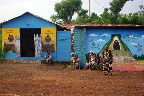 Le temple et le couvent Zangbéto près de Bopa