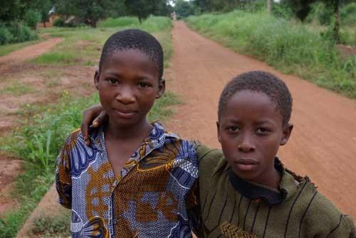 Les enfants de Kinkinhoué très contents de poser pour la photo
