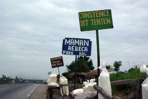 Les vendeuses de gari au bord de la route