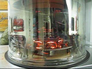 Die Verdampfer glühen. Der Aluminiumdampf verteilt sich in der Kammer.