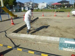 表面の砂をレーキで掻き集める