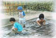 抗菌された砂場で遊ぶ子供たち