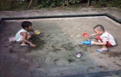 砂場で砂遊び