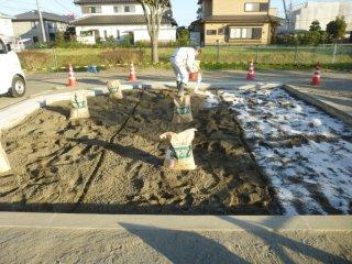 抗菌砂、トキサンドクリーンを散布