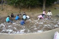 トキサンドクリーン、散布後。砂場で遊ぶ子どもたち