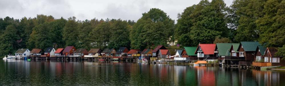 Häufig und typisch sind die bunten Bootshäuser an den Ufern