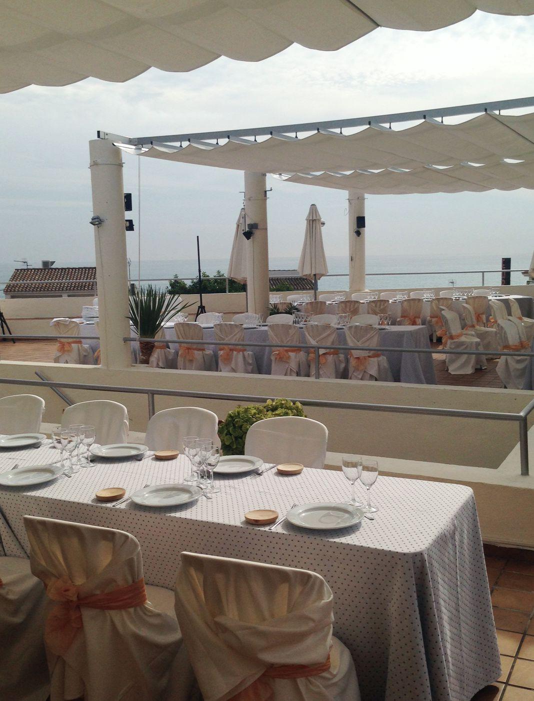 Montaje de comedor en terraza musical, para cien comensales en una boda