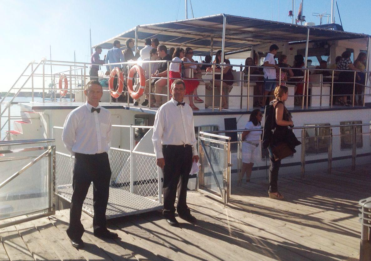 Recepción de invitados, evento en una embarcación