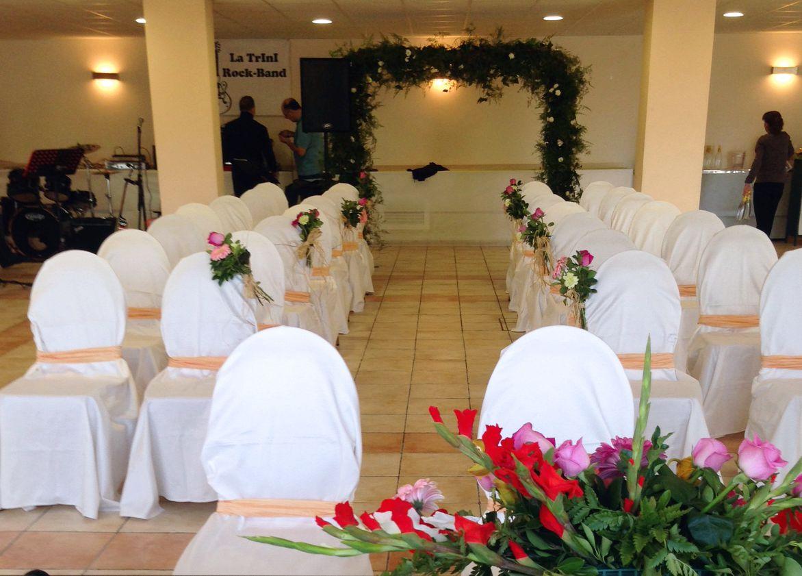Montaje de ceremonia civil, sillas para invitados y escenario