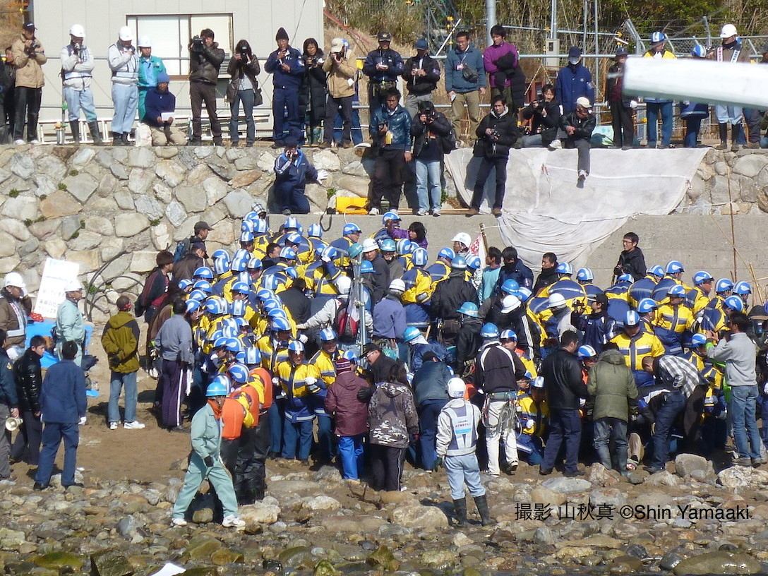 原発をつくらせない人びと:上関原発をつくるための埋め立て工事が強行されようとした田ノ浦の浜(2011年2月。以下同)