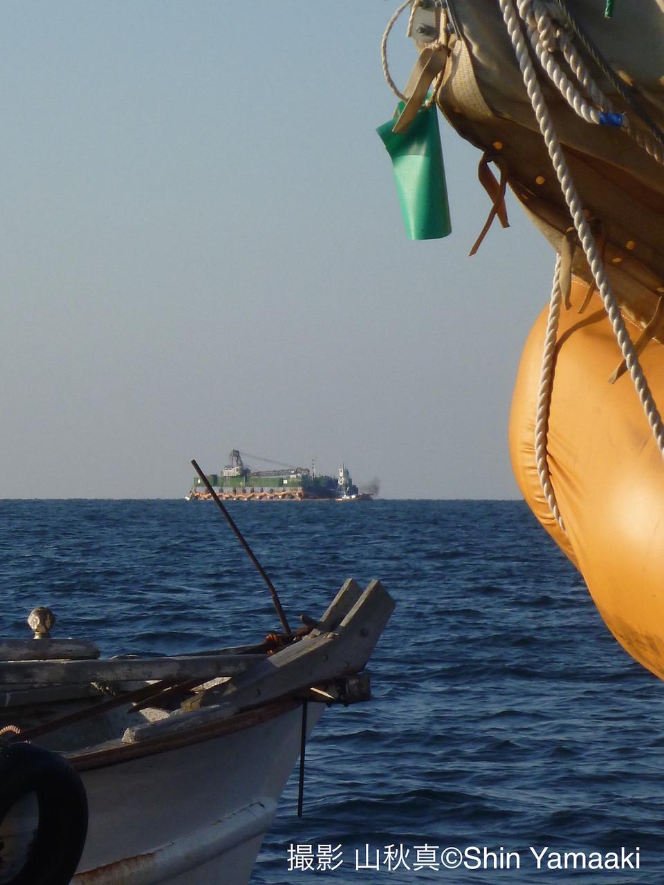 原発をつくらせない人びと:田ノ浦/祝島沖。埋め立て工事のための台船(右)と対峙する祝島の船(左)。奥も台船。