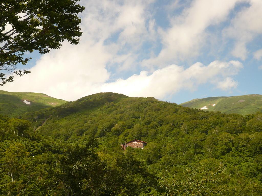 11 すぐ目の前に姥が岳、小姥に架かるリフト、月山の姿が眺められます