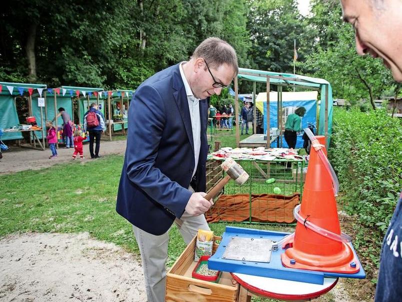 """70 Jahre SDW: Bürgermeister Jan Lindenau beim Sommerfest mit der Waldjugend und dem Waldkindergarten """"Die Waldmäuse"""".  Quelle: Fotograf: Lutz Roeßler"""