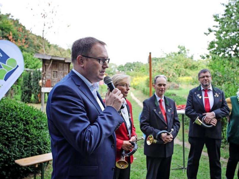 70 Jahre SDW: Bürgermeister Jan Lindenau (links) gratuliert.  Quelle: Fotograf: Lutz Roeßler