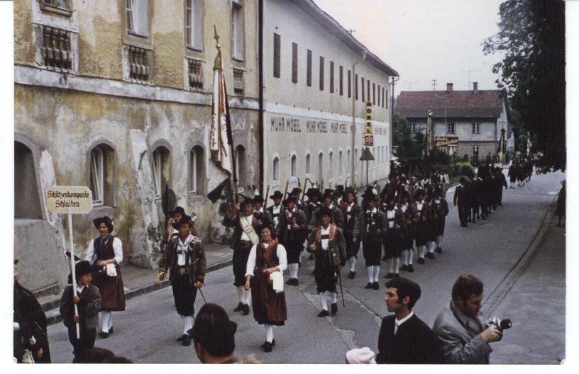 Schützenkompanie Schlaiten 1975 als Ehrenkompanie beim Trachtenfest in Vöcklabruck