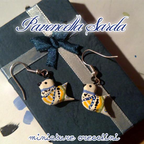 Orecchini miniature rappresentanti la Pavoncella Sarda, un simbolo dell'isola. Dipinte a mano. 9€ (Per il ciondolo in coordinato vai nella sezione 'Collane'!)